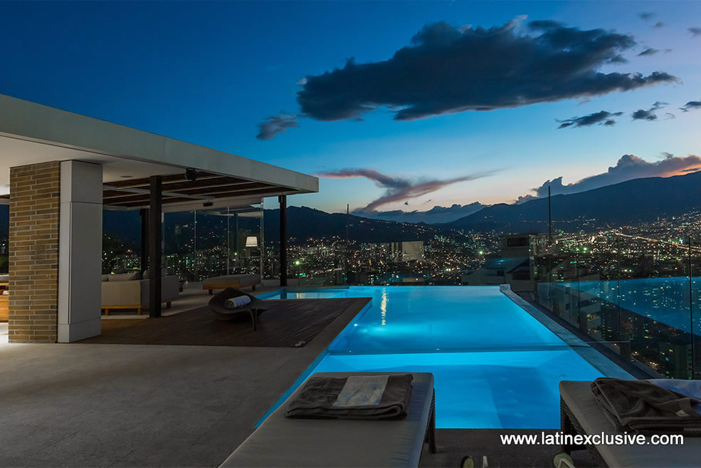 Penthouse with heated pool for sale in el poblado for Appartement avec piscine paris